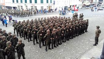 Die Infanterie-Durchdiener verabschiedeten sich mit einem Marsch vom Regierungsgebäude zur Kaserne aus Aarau.