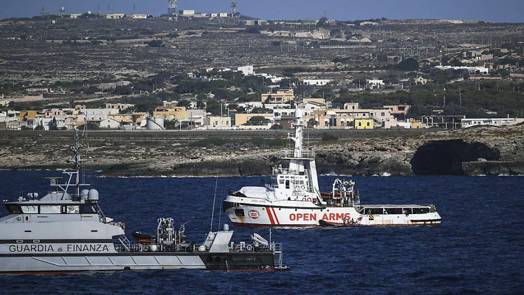 """Ein Boot der italienischen Finanzpolizei bewacht das Rettungsschiff """"Open Arms"""" vor der Insel Lampedusa.  (Foto: Salvatore Cavalli/AP)"""
