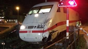 Der beim Zusammenstoss mit einem Reisebus im Mai 2016 beschädigte ICE-Zug. (Archivbild)
