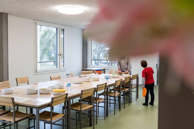 Reportage aus der Tagesklinik für Kinder und Jugendliche der Psychiatrischen Dienste Aargau PDAG in Windisch. Im Bild: In der Tagesklinik wird am Mittag gemeinsam am Mittagstisch gegessen. Die Küche liefert das Essen, jedes Kind hat sein Ämtli (z.B. Abräumen, Tischen).