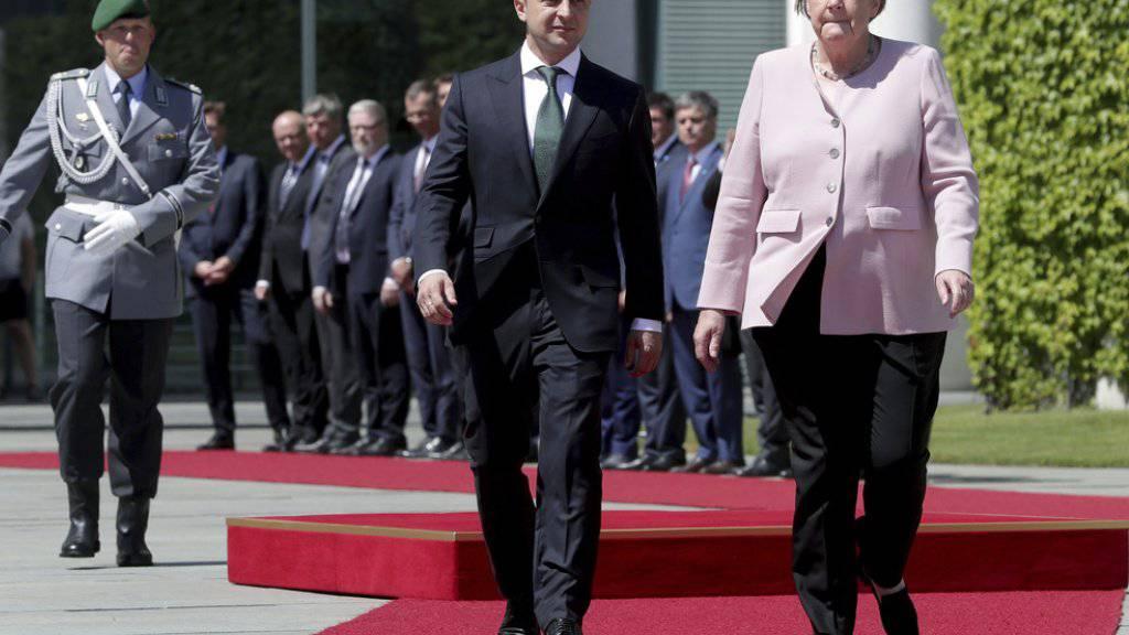 Angela Merkel und der ukrainische Präsident Wolodymyr Selenskyj am Dienstag in Berlin - beim Empfang Selenskyjs mit militärischen Ehren erlitt Merkel bei der Nationalhymne einen Zitteranfall.