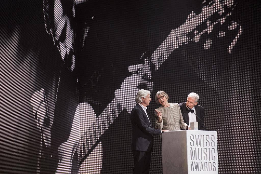 Bei den Swiss Music Awards 2017 wird Mani Matter von Emil Steinberger und Joy Matter geehrt. (© Keystone)