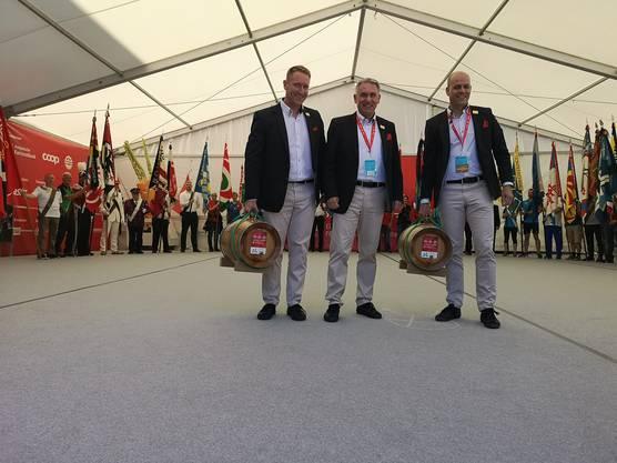 «Es ist immer gut, als OK-Präsident eine Notreserve zu haben», freute sich OK-Präsident Alex Hürzeler über das Geschenk der Bieler. Die Weinfässer tragen ETF-Wettkampfleiter Thomas Jäger (l.) und ETF-Geschäftsführer Stef