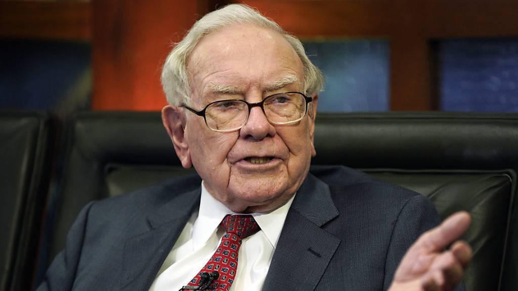 Die Holdinggesellschaft des US-Milliardärs Warren Buffett, Berkshire Hathaway, hat einen Quartalsverlust von knapp 50 Milliarden Dollar vermeldet. (Archivbild)