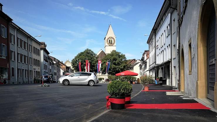 Das Städtchen Klingnau: Die roten Teppiche wurden von den Läden und Restaurants nach der Jahrhundert-Sanierung des Städtchens ausgelegt. (2017)