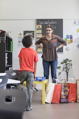 Lehrerin Laura Volke erklärt einem Unterengstringer Schüler seinen Auftrag.