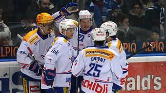 Die Flyers feiern ihren Auswärtssieg gegen Ambri.