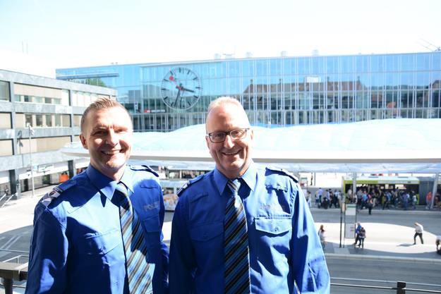 Stefan Rosenberg (l.) und Dani Ringier von der Stadtpolizei Aarau sehen direkt auf den Bahnhofplatz.