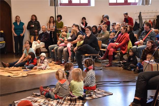Das Publikum wartet in der Zähnteschüür in Oberrohrdorf gespannt auf den nächsten Interpreten des Liedermacherfestes Troubadix.