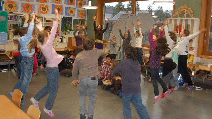 Schüler der Primarschule Birmensdorf tanzen einen im Projekt Multikulturela gelernten Tanz. (dae)