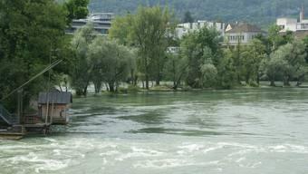 Kurz vor 2 Uhr beobachteten deutsche Zollbeamte einen augenscheinlich stark alkoholisierten Mann, der bei der Rheinbrücke ein Schlauchboot aufpumpte, und sofort von der starken Strömung abgetrieben wurde.