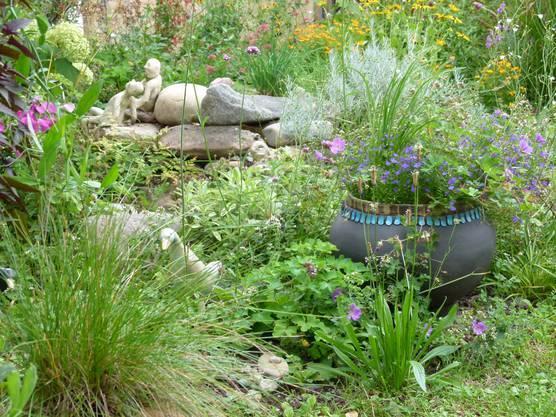 Farbenfrohe Tupfer durch viele Blumen