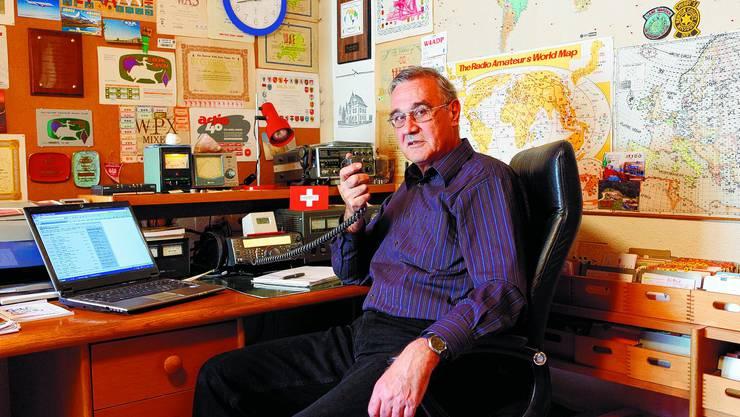 Kein Vereinsmeier Den täglichen Funkkontakt mit der ganzen Welt zieht Peter Zbinden zahlreichen Vereinsaktivitäten vor. (Hanspeter Bärtschi)