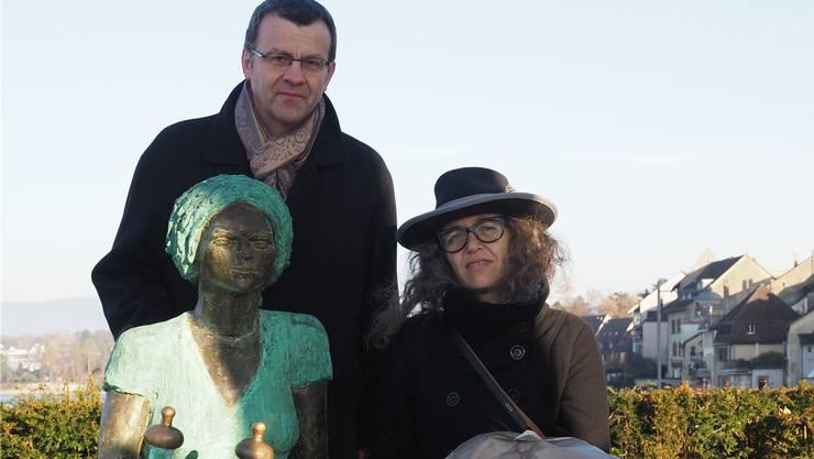 Christina Frey und Franco Mazzi bei der Skulptur von Agnes von Zähringen. HCW