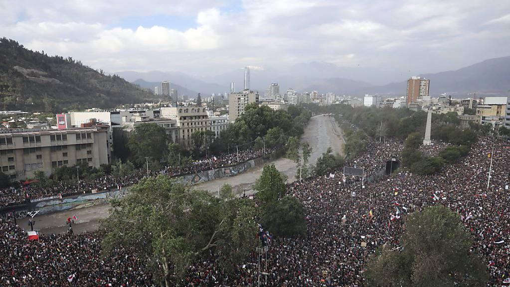 Hunderttausende sind am Freitag (Ortszeit) in Chile gegen Präsident Sebastián Piñera auf die Strasse gegangen.