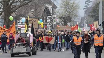 Nach dem Ku-Klux-Klan-Fasnachtsauftritt: Am Samstag demonstrierten in Schwyz mehrere hundert Personen gegen Rassismus. Die Polizei wies Rechtsextreme weg.