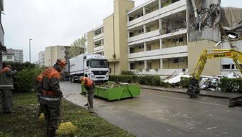 Aufräumarbeiten einen Tag nach der verheerenden Explosion in einem Mehrfamilienhaus in Pratteln