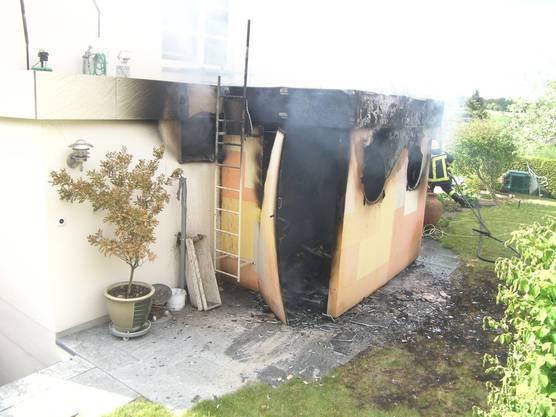 Nach dem Feuer: vom Gartenhaus blieb nicht viel übrig.