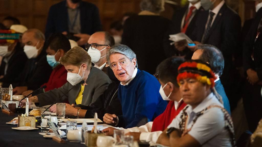 Ecuadors Präsident Guillermo Lasso (M.) und Kabinettsvorsitzende Alexandra Vela (6.v.l.) nehmen an einem Treffen mit indigenen Anführern im Präsidentenpalast teil. Foto: Juan Diego Montenegro/dpa
