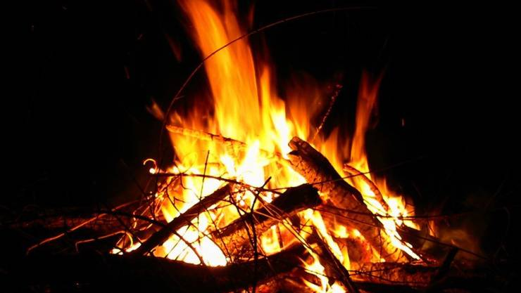 Das Lagerfeuer gerät ausser Kontrolle. (Symbolbild)