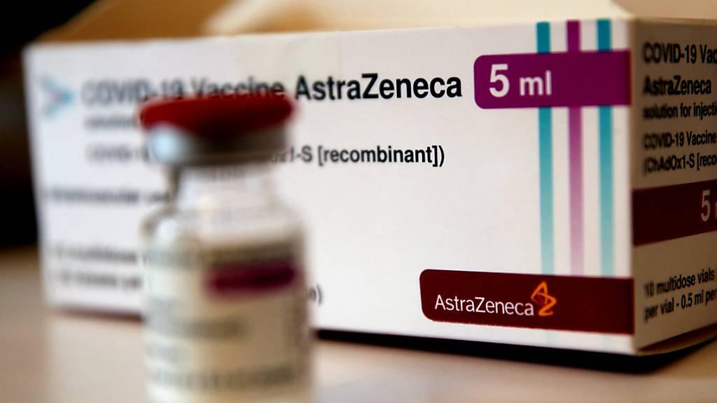 Eine Ampulle mit dem Corona-Impfstoff des schwedisch-britischen Pharmakonzerns AstraZeneca. Foto: Christophe Ena/AP/dpa