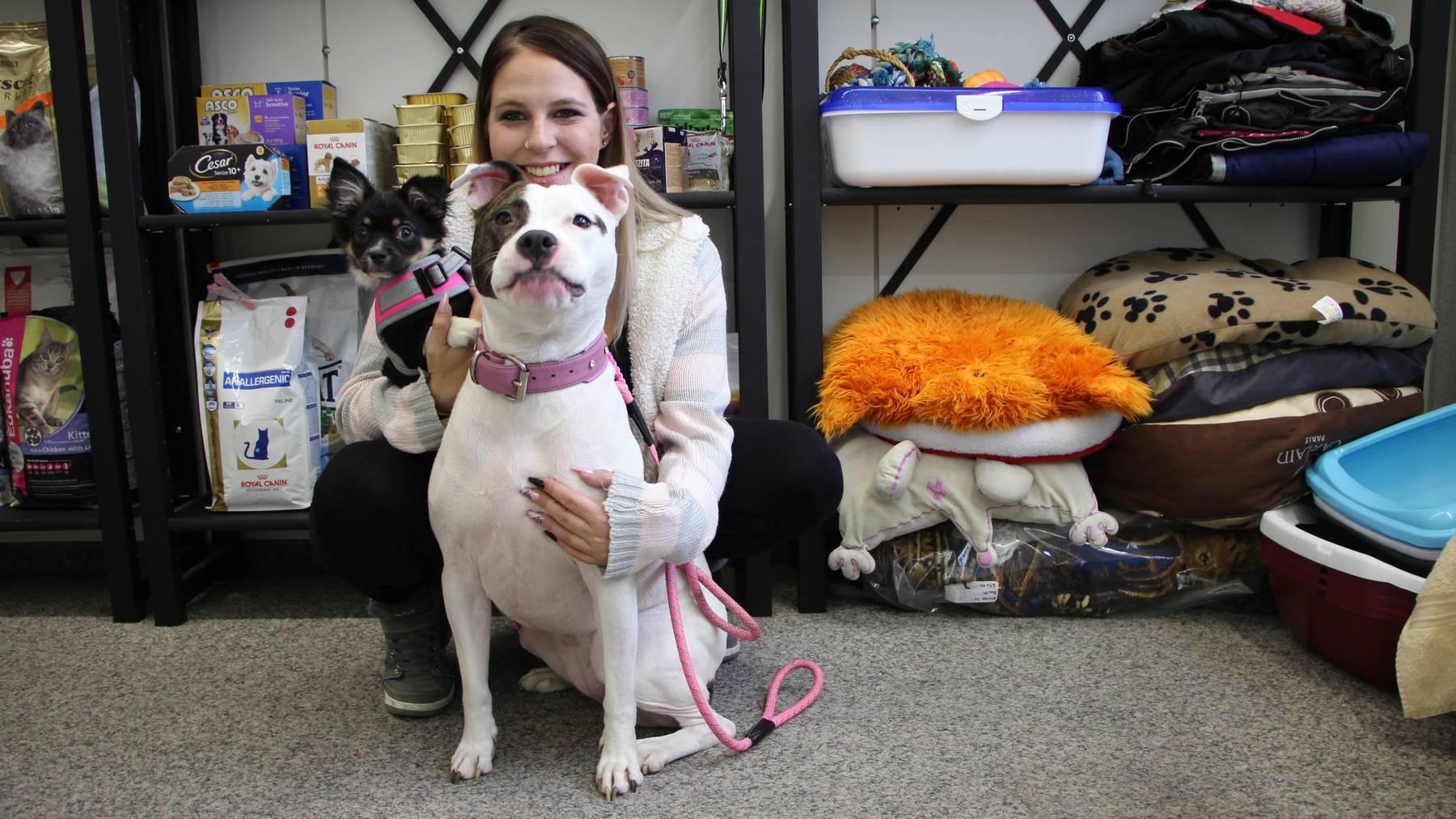 Otilia Schadegg mit zwei ihrer Hunden bei der Tiertafel in Altstätten.