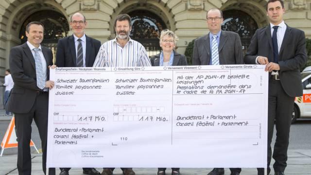 Bauernverband mit riesigem Einzahlungsschein auf dem Bundesplatz