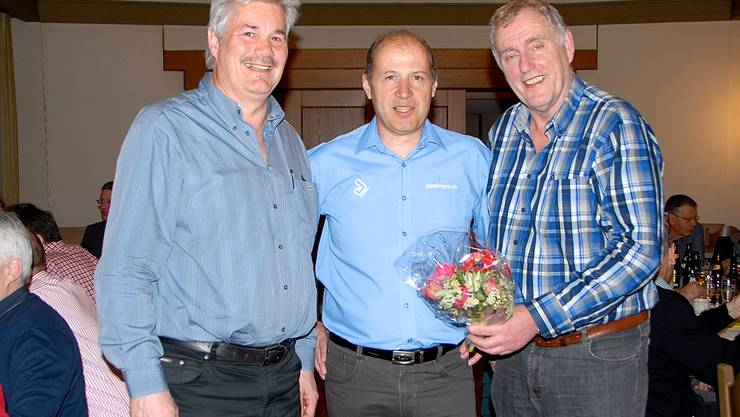 Stabwechsel im Präsidium des Stauseelaufs: Thomas E. Suter (links) übernimmt von Peter Nyffeler. In der Mitte VCG-Präsident Erich Spuler.