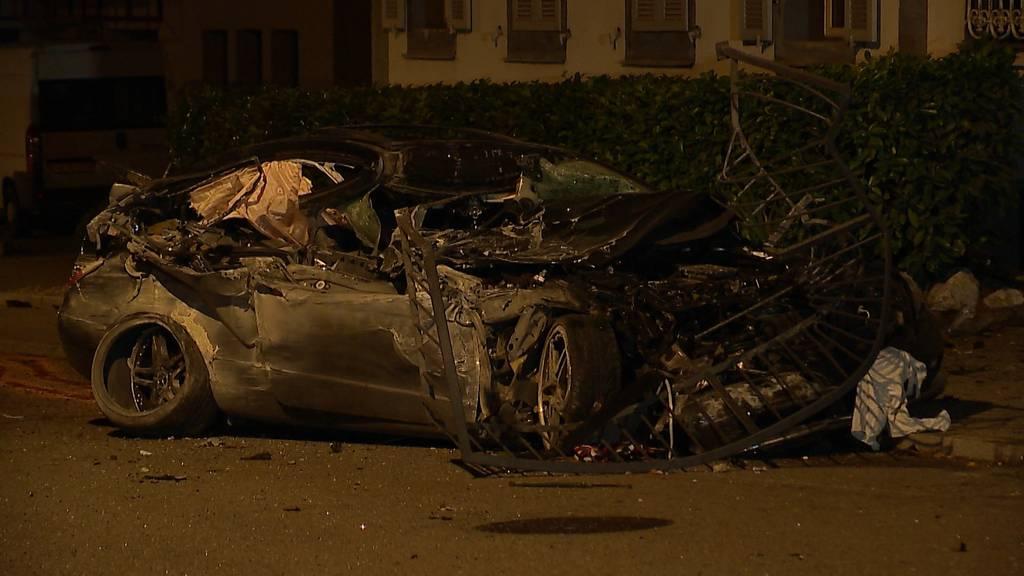 Tödlicher Unfall in Aarburg AG: 52-Jähriger donnert mit 100 km/h in Hausfassade