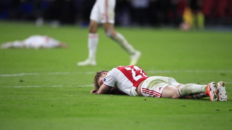 Frenkie de Jong, der im Sommer zu Barcelona wechselt, war an diesem Abend noch mit vollem Herzen in Amsterdam. Nach dem Spiel ist er am Boden zerstört.