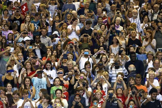 Viele Fans bestaunen Federer und Wawrinka im Training