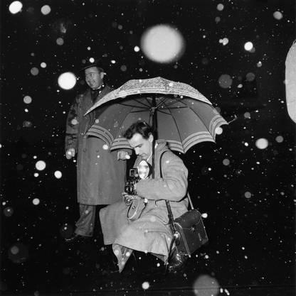 Aufnahmen von Fotografen in Aktion: Besucher der Ausstellung werden eingestimmt in eine Zeit, die schwarz-weiss dachte und analog funktionierte.