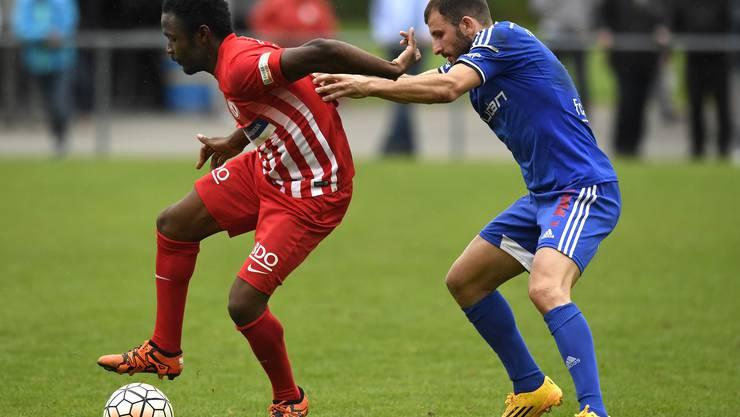 Eba Eba behauptet den Ball - gegen Lenzburg wurde er nach der ersten Halbzeit ausgewechselt.