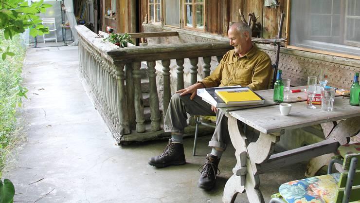 Auf dem Freisitz hat Ruedi Wyss den Wald vor der Nase und sein Stück Himmel über dem Kopf.