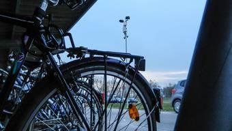Velos und Autos sind geschützt: Am Flutlichtmast sind seit Montag die beiden Kameras angebracht. to