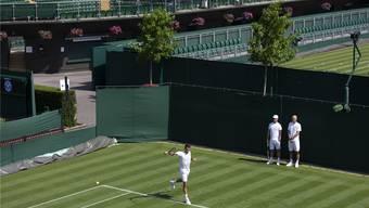 Roger Federer trainiert vor den Augen seiner Trainer Severin Lüthi und Ivan Ljubicic, die für ihn «wie grosse Brüder» seien.PETER KLAUNZER/Keystone