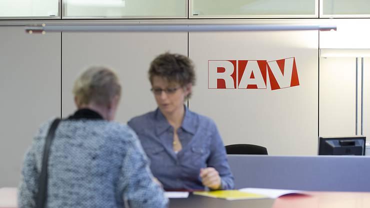 Bei den regionalen Arbeitsvermittlungszentren (RAV) waren im Juni 133'256 Arbeitslose gemeldet, 3093 weniger als noch im Mai (Archiv).