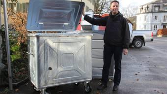 An der Sammelstelle Laurstrasse präsentiert Stadtrat Reto Wettstein den neuen Container für die grauen Kehrichtsäcke der Stadt Brugg.