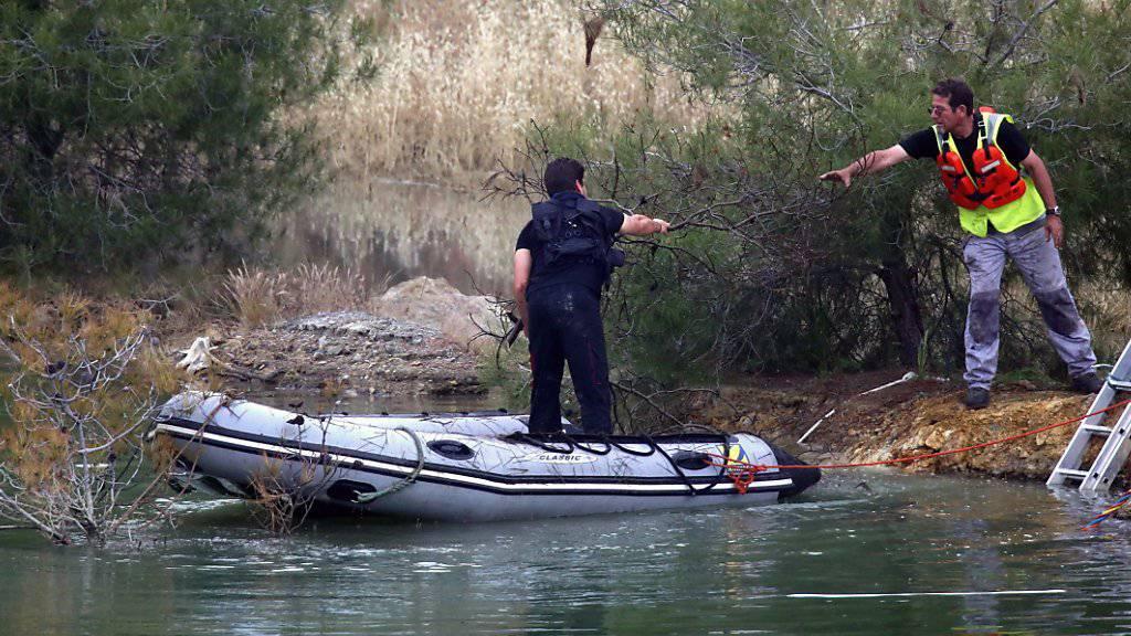 Auf der Suche nach weiteren Opfern des Serienmörders: Ermittler auf einem der Baggerseen südwestlich der Hauptstadt Nikosia auf Zypern.
