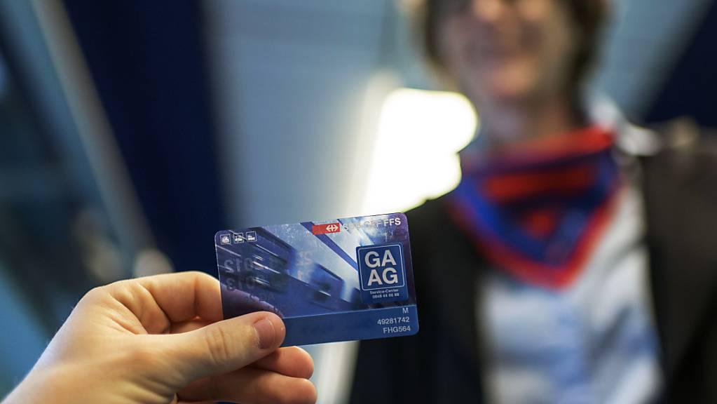 Das Generalabonnement (GA) ermöglicht im öffentlichen Verkehr beliebig viele Bahn-, Bus- oder Schifffahrten zu einem einmaligen Pauschalpreis. (Archivbild)