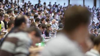"""Studierende folgen den Ausführungen eines Professors im grossen Hörsaal """"Audimax"""" der Universität St. Gallen - der Föderalismus im Stipendienwesen bleibt auch nach dem jüngsten  Abstimmungssonntag erhalten (Archiv)"""