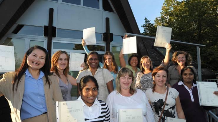 Wilailakkhana Burri (links) und ihre Mitschülerinnen freuen sich über das erreichte Zertifikat.