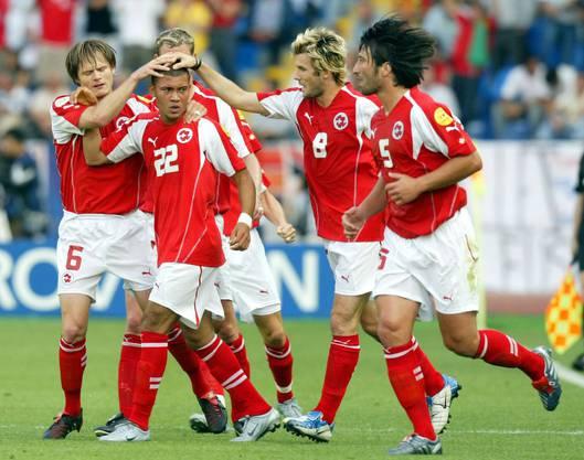 Johann Vogel (6), Raphael Wicky (8) und Murat Yakin (5) gratulieren Johan Vonlanthen zu seinem Treffer gegen Frankreich an der Euro 2004.