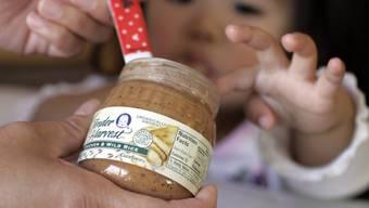 Ein Kleinkind kriegt Babybrei (Symbolbild)