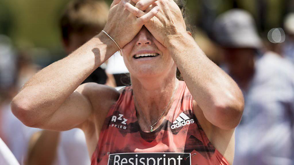 Lea Sprunger schlägt nach ihrem Schweizer Rekord über 400 m ungläubig die Hände vors Gesicht