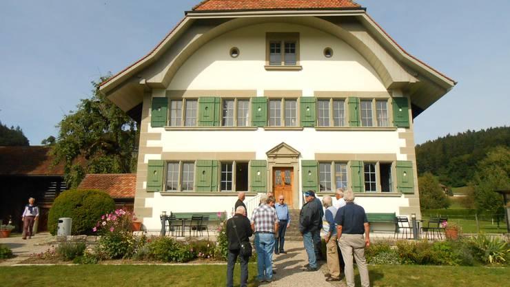 Eine Besuchergruppe vor dem ehem. Pfarrhaus, das Jeremias Gotthelf mit seiner Familie bewohnt hatte.