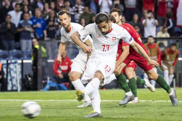 ...und spricht der Schweiz einen Elfmeter zu. Diesen verwandelt Ricardo Rodríguez eiskalt, die Schweiz gleicht zum 1:1 aus.