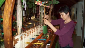Annekäthi Dürrenberger ist eine der letzten Frauen im Kanton, die Bändel weben kann. Auch kann sie die Webstühle selber unterhalten und reparieren.