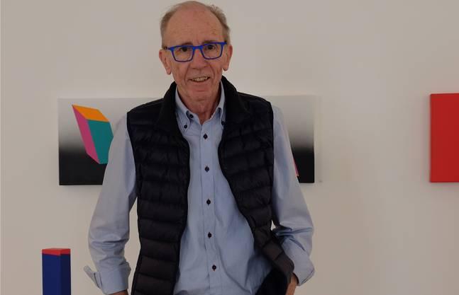 Der Malstock erlaubt dem Künstler, unendlich präzise Linien zu malen: René Gubelmann in seinem Atelier in Dietikon.