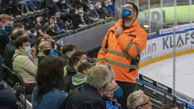 Eine Studie will aufzeigen, ob Sportgrossanlässe wie Eishockeyspiele trotz hohen Corona-Fallzahlen sicher sind.